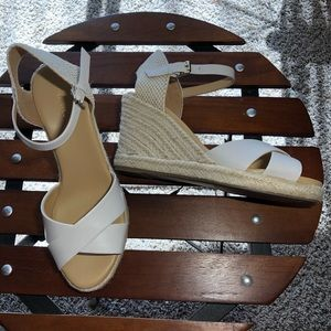 Nine West white & tan sandal excellent condition.